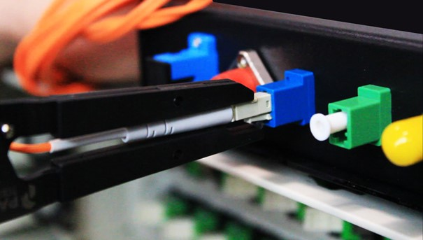szczypce służące do wkładania i rozłączania złączek światłowodowych LC, SC